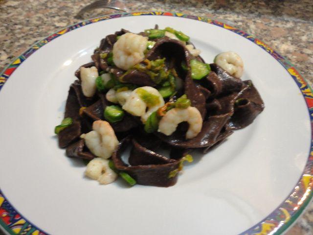 Fettuccine al cacao con zucchine e gamberetti - https://www.food4geek.it/recipe/fettuccine-al-cacao-con-zucchine-e-gamberetti/