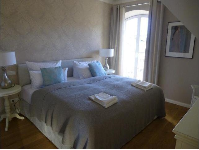 Tapeten Landhausstil Schlafzimmer : Schlafzimmer im Landhausstil mit zart gemusterten Tapeten, sch?nen