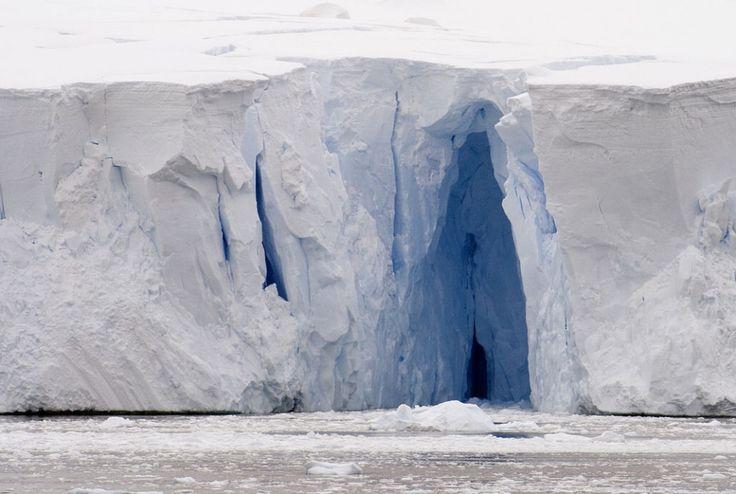 """Sono nascoste sotto immense distese gelate, nei più grandi e suggestivi ghiacciai del mondo. E quelle conosciute e fotografate sono solo una piccola parte dell'immenso """"patrimonio freddo"""" delle terre del nord. Un'escursione fotografica tra le più spettacol"""