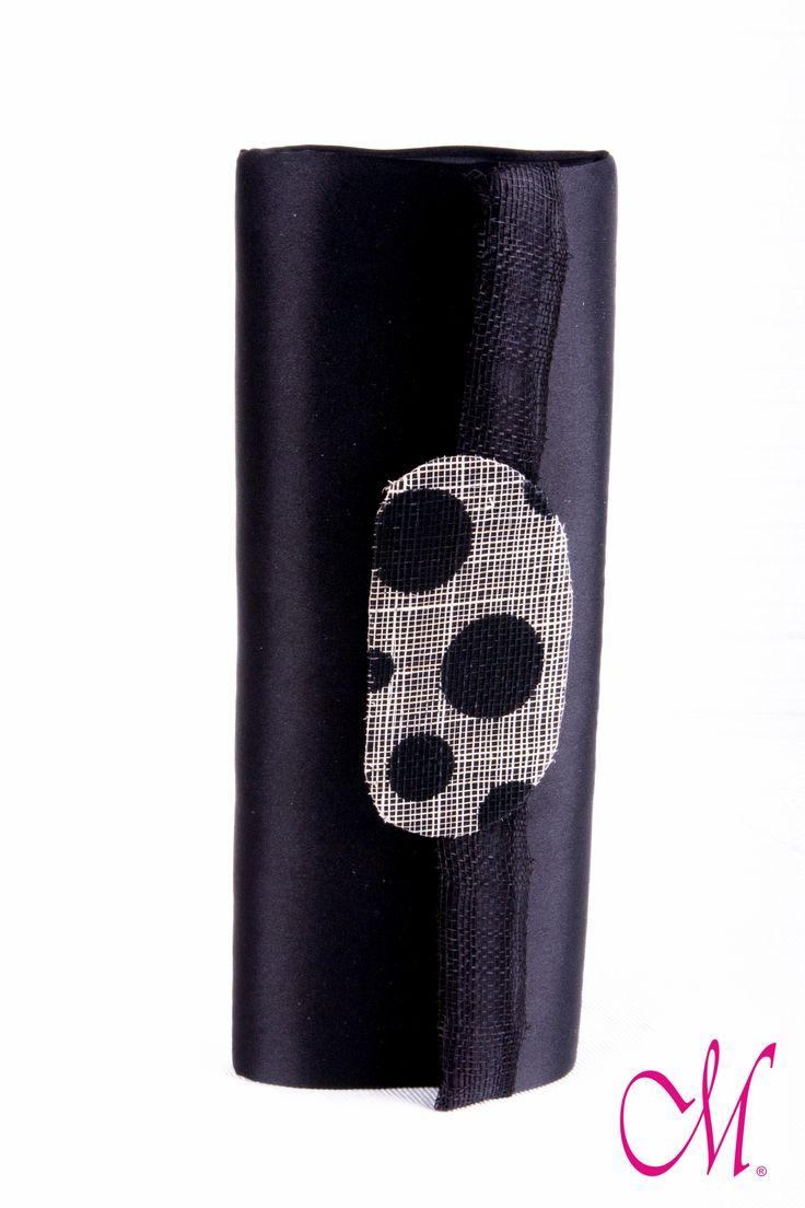 Bolso de mano forrado de raso negro y decorado con sinamay de topos negros. Cierre por de corteche imantado. www.monetatelier.com