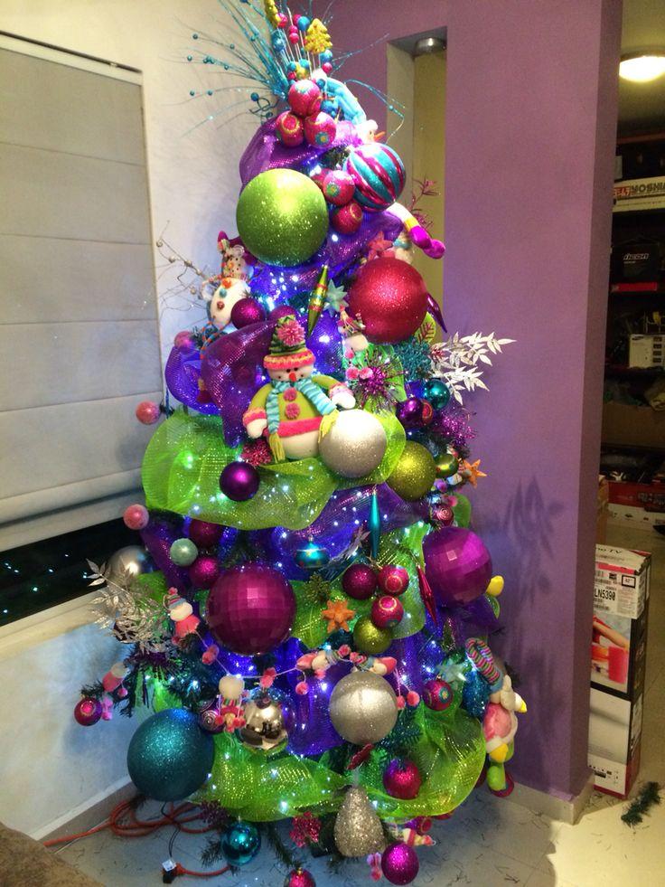 Colores vivos alegres rbol de navidad transformado en - Arbol de navidad adornado ...
