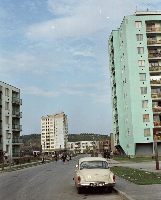 Kilián-dél, Kandó Kálmán utca észak felé nézve, szemben a toronyház tetején a csillagvizsgáló.