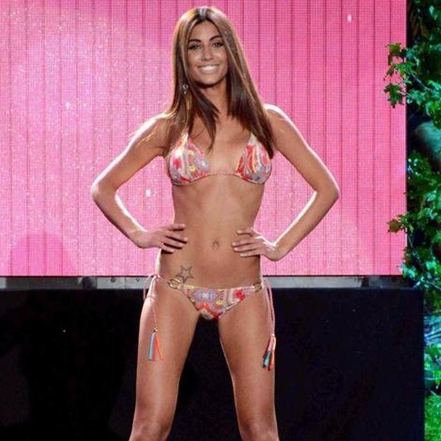 """Sexy sfilata in bikini di Federica Nargi: decolté e lato b """"Golden"""" #goldenpoint #glamourliveshow"""