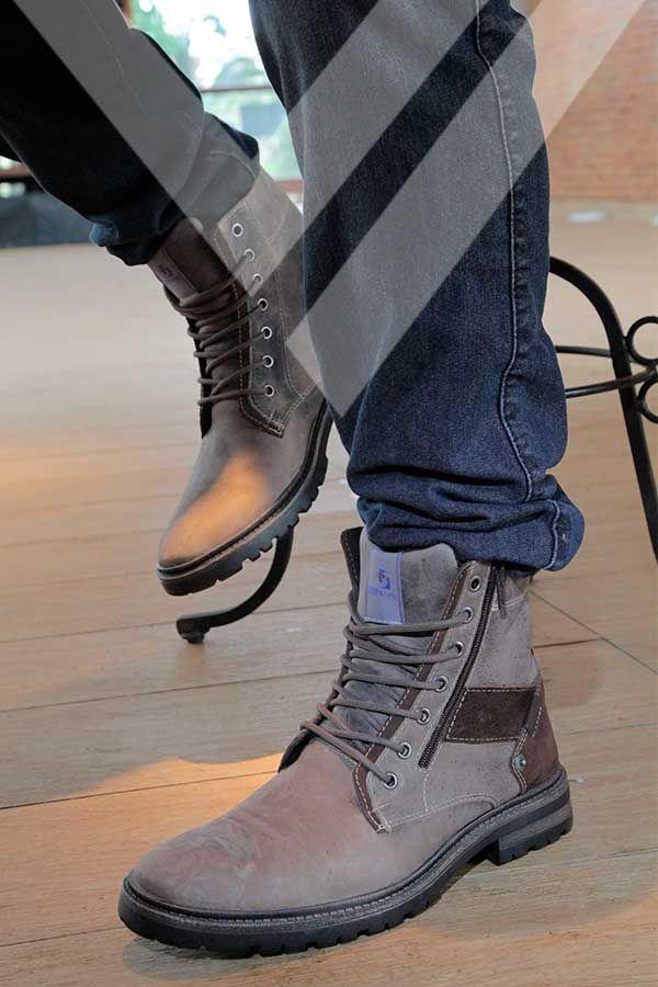 Inspire-se no estilo da bota Strode, que traz para seu visual um design robusto. Ela acompanha homens modernos e cheios de atitude.