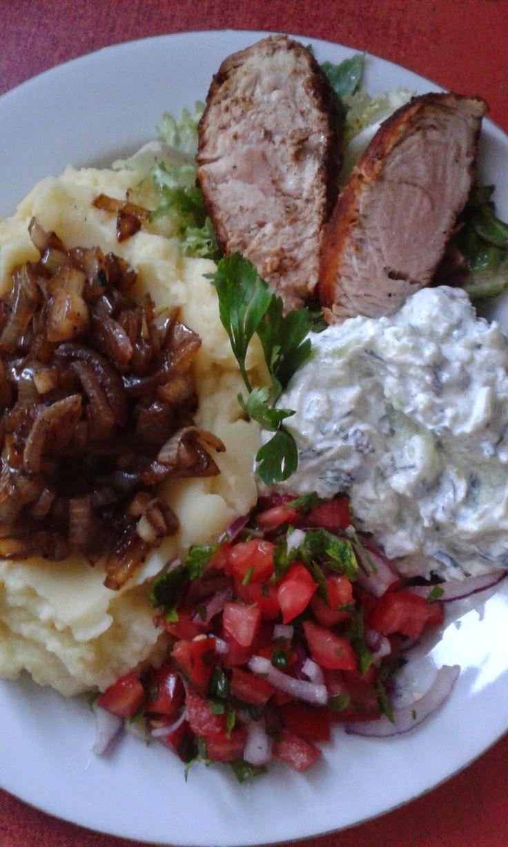 Sült hús, hagymás burgonypürével, tzatzikivel és paradicsomsalátával