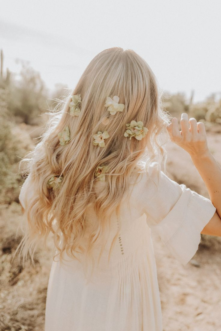 Девушка со светлыми волосами со спины