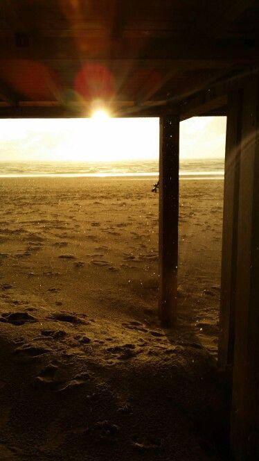 Bergen aan zee tijdens een zachte regenbui aan het strand.