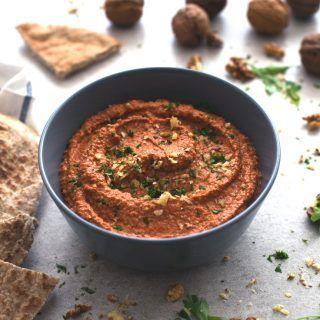 El Muhammara es un paté vegetal de pimiento y nueces sirio. Se prepara en menos de 5 minutos y tiene un sabor muy intenso. Es un snack o entrante delicioso.