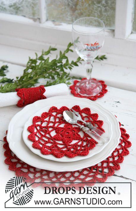 Heklede DROPS brikker og serviettring til jul i Cotton Viscose og fire tråder Glitter. Gratis oppskrifter fra DROPS Design.