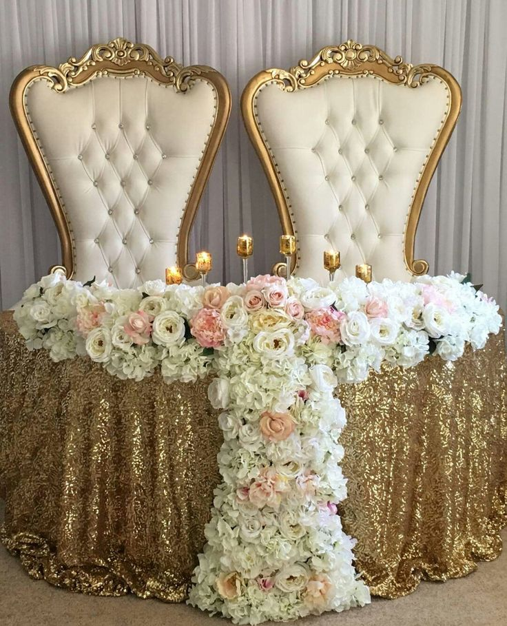 Bride and Groom table. White and Gold.