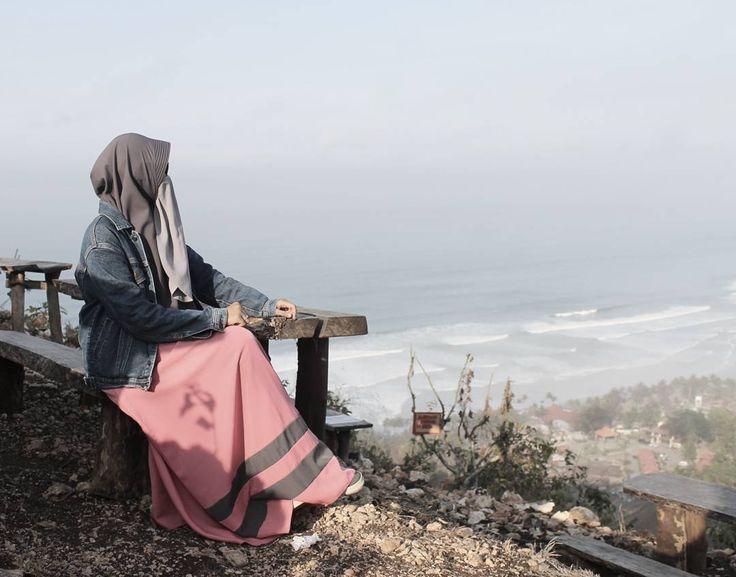 Down to up. #womeninframe #hijab #gamis #purdah #niqobies #niqobsquad #sneakershouts #moeslimwear #moeslemwear #womentraveler #travelphotography #travellersnotebook