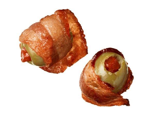 Aceitunas rellenas de pimiento envueltas en bacon