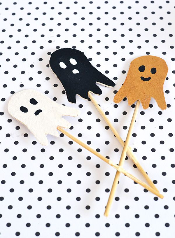 DIY Halloween spooky ghost cake toppers. (I love the little orange one with the smile on his face!)