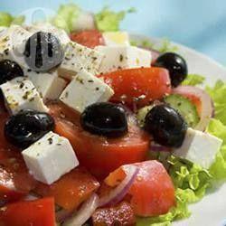Authentischer griechischer Salat - Reife Tomaten, rote Zwiebeln, Oliven und Gurken mit Fetakäse in Olivenöl. Servieren Sie den Salat unbedingt mit rustikalem frischem Brot. @ de.allrecipes.com