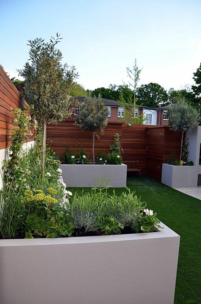hohe Schutz aus Bretten, drei Bäumen, weiße Pflanzkübel, Terrasse bepflanzen