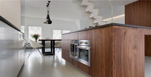 Maagdelijk Wit Interieur Met Natuurlijke Toetsen Van Hout - kleur hout minder mooi en te druk