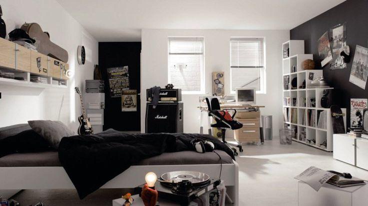 chambre ado garçon en noir et blanc aménagée avec des rangements pratiques et un bureau en bois