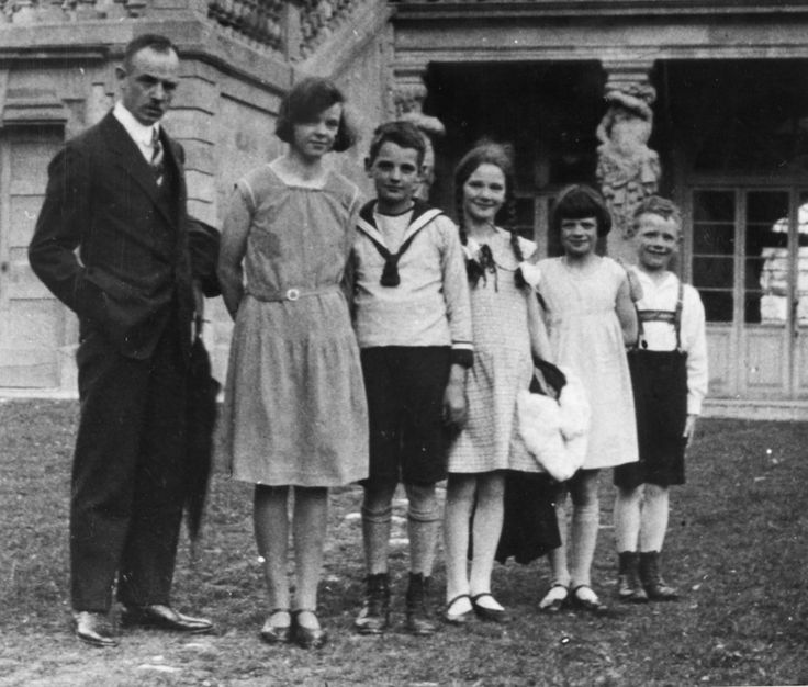 Orgelpfeifen:  Vater Robert Scholl mit seinen Kindern Inge, Hans, Elisabeth, Sophie und Werner etwa 1930/31 in Ludwigsburg. Hans und Sophie sollten 1943 unter dem Fallbeil der Nazis sterben, Werner wird seit 1944 in Russland vermisst.