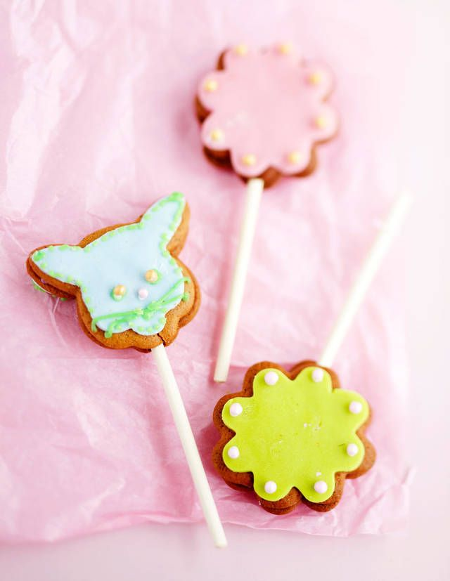 Piparkakkutikkarit. Ginger bread lollipops. #christmascandy #gingerbread
