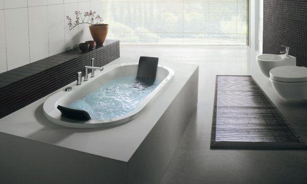 une spa baignoire sur une plate forme blanche dans une salle de bains vaste