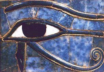 Oeil d'Horus, Ainsi l'oudjat devint-il par la suite pour les Égyptiens, symbole de lumière et de connaissance (œil du faucon qui voit tout), d'intégralité physique, d'abondance et de fertilité. Et afin de commémorer à tout jamais la lutte du Bien contre le Mal, ainsi que pour garantir la voyance totale, la fécondité universelle et de bonnes récoltes, les scribes comptables employèrent l'oudjat.