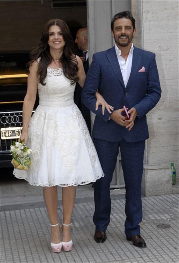 El look de novia de Araceli González, en detalle  Araceli González y Fabián Mazzei saludaron a la prensa luego de pasar por el Registro Civil.Me encantó el vestido de Araceli!         Foto:Gerardo Viercovich