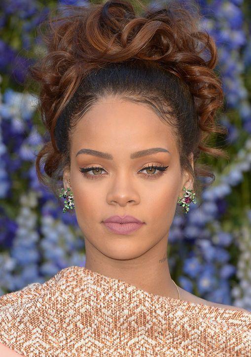 Minha Inspiração! Rihanna. Maravilhosa! Eyeliner perfeito com batom marte rosa.