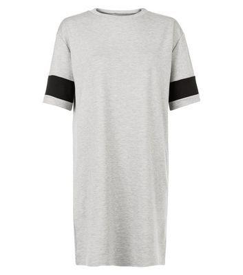 Mini-robe grise à rayure contrastante sur les manches