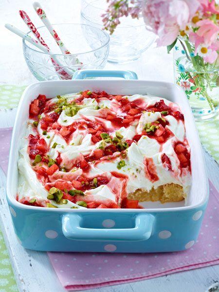 Tiramisu einmal anders: Im Gegensatz zum Klassiker werden für dieses Dessert die Löffelbiskuits mit Rhabarber und Mascarpone-Quark-Creme geschichtet