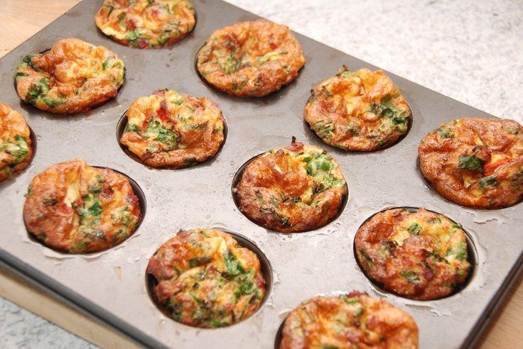 Se den lækre opskrift på æggemuffins med spinat, peberfrugt og bacon. Æggemuffins er lækre på morgenbordet, og meget nemme at lave. Æggemuffins med spinat, peberfrugt og bacon laves meget nemt i en…