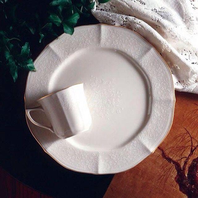 Сервиз чайно-обеденный «Букет Принцессы» » в наличии серия Голд и серия Платина. 6 персон,49 предметов – 99 690 руб. Комплектация: Чайно-обеденный 6 пер. 49 пр. Подстановочная тарелка -6шт. Суповая тарелка -6шт. Закусочная-6шт. Пирожковая- 6шт. Блюдце -6шт. Чашка-6шт. Салатник большой 28см.-2шт. Салатник малый 17см.-6шт. Блюдо овальное-1шт. Блюдо квадратное-1шт. Чайник-1шт. Сахарница-1шт. Молочник-1шт.
