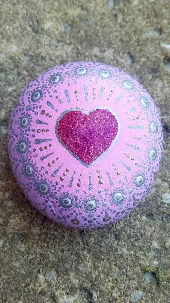 Dieser Valentinstag Liebe Stein Mandala Stein wurde erstellt mit Acrylfarbe bemalt und mit einer klaren Glanzlack geschützt. Diese natürliche mexikanischen Strand Pebble ist zunächst aber Übergänge glatt zu einem leichten lila Ombre-Effekt lackiert die wickelt sich um den Rücken.