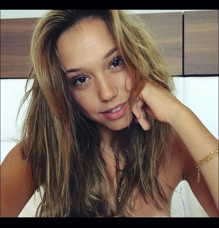 How I want my hair dyed like Alexis Ren, I love the contrast of dark and light. Light on the top and darkish brown on the bottom. It's natural and relax.