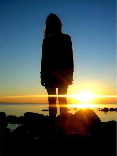 Una nuova alba si avvicina Un nuovo giorno sta per nascere Una nuova illusione entrerà a far parte della nostra vita Ma è proprio con le illusioni e i sogni che si riesce a vincere la delusione costante di questa vita E la nostra immaginazione ci rende tutto più colorato Perché privarsi di queste magiche possibilità? Perché non provare a essere forti anche davanti a un mondo non poi così diverso dall'inferno . .  Ma anche gli inferi hanno un pregio quello di scaldare le anime e dare loro la…
