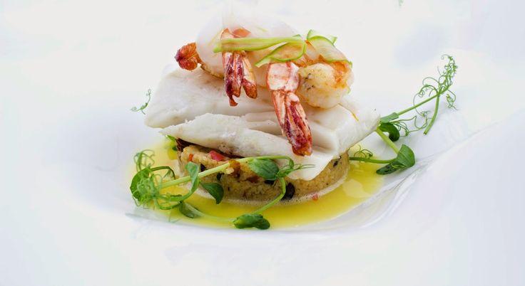 """Polędwiczki z dorsza gotowane metodą """"Sous Vide"""", krewetki królewskie, kuskus z mieszanką warzyw śródziemnomorskich, shavings z fenkuła, masło palone z cytryną."""