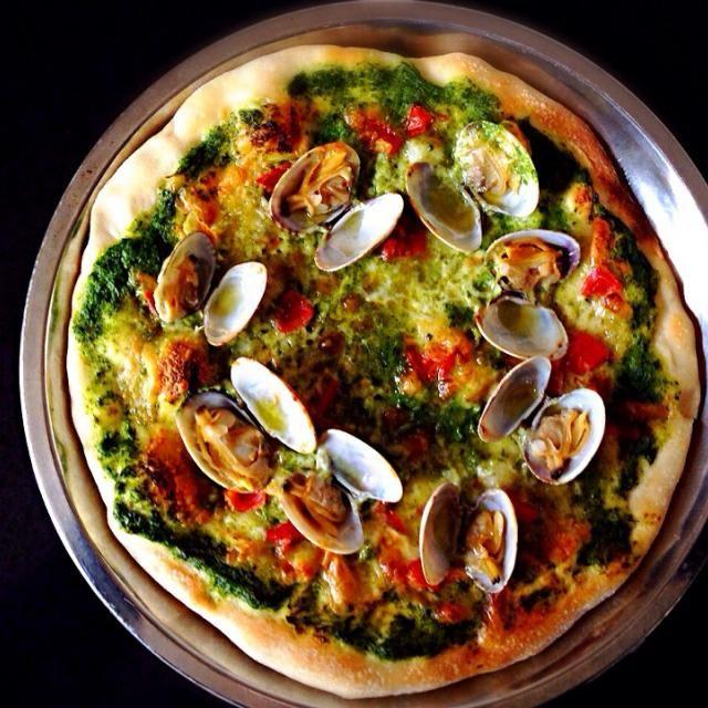 春っぽいピザになりました。菜の花ソースのアンチョビがいい仕事してます。本日のブランチ、、ご馳走でした。 - 460件のもぐもぐ - アンチョビ菜の花ソースと浅利の春ピッツァ蝶の舞 by pesce0414