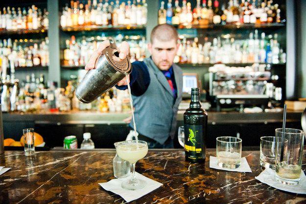 Et pas besoin de tendre le bras mille an au barman pour qu'il vous amène un cocktail à 20 balles. | 21 preuves que les bars sont mieux que les boîtes