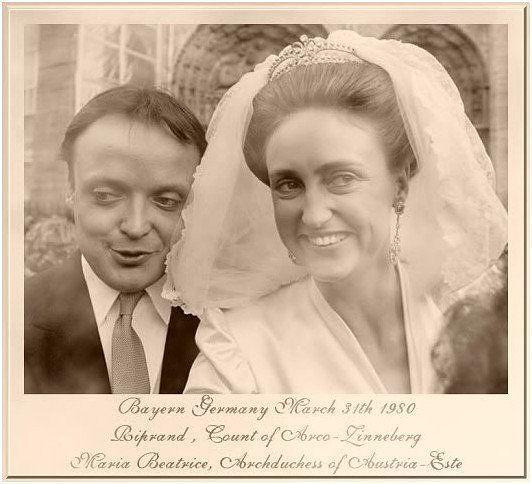 La principessa Maria Beatrice Austria Este figlia maggiore di Roberto Austria Este e Margherita Savoia-Aosta durante il matrimonio con il Conte Riprand di Arco-Zinneberg,il 26 aprile 1980 ed indossava la tiara di sua madre.