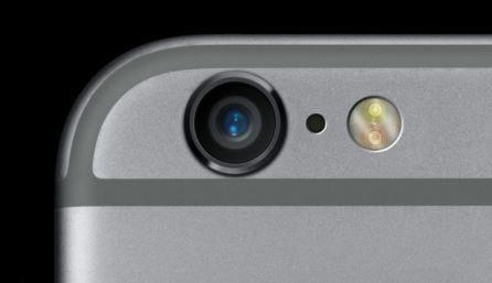 Pourquoi est-ce qu'il y a- un petit trou noir entre la camera et le flash de votre IPhone
