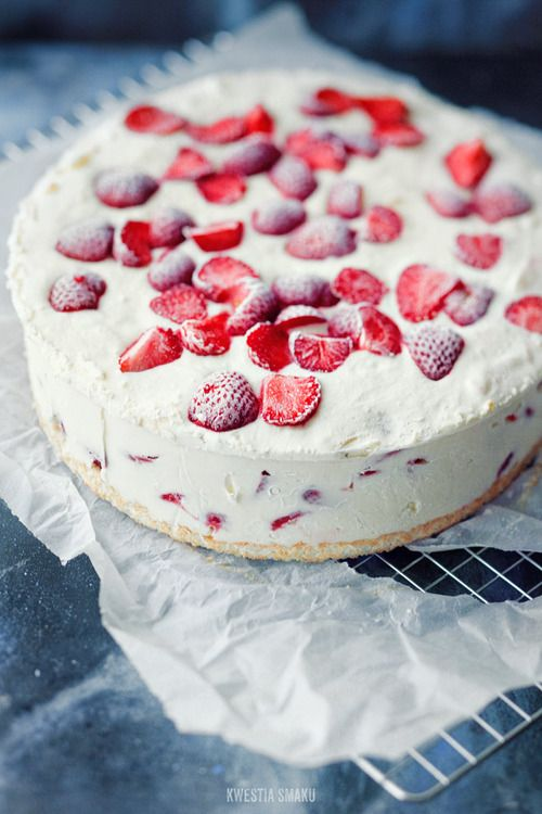Yoghurt frozen cake with strawberries and white chocolate by kwestia smaku.