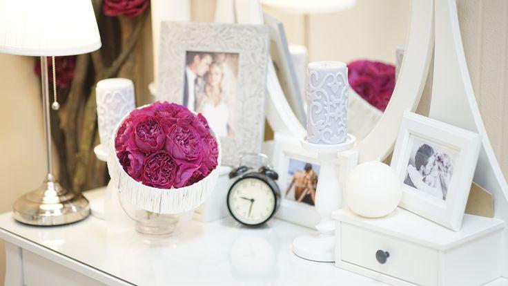 Букет невесты из темно-розовых пионов с оформлением
