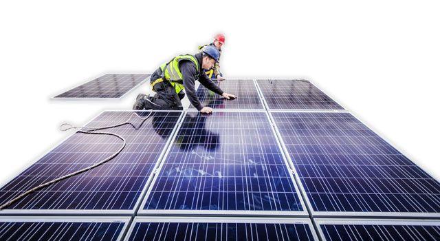 Ogniwa fotowoltaiczne - do produkcji prądu. Zdjęcie podczas montażu baterii słonecznych. Kolektory produkujące energię elektryczną są idealne dla domów lub firm chcących znacząco zredukować rachunki za prąd. Panele fotowoltaiczne doskonale sprawdzają się w dużych instalacjach - domy, hotele, fabryki; jak i niewielkich w domkach letniskowych na łodziach czy  przyczepach kempingowych. Niewielki zestawy przenośne sprawdzą się doskonale na łikendowe wypady do zasilania lodówek, czy sprzętu…