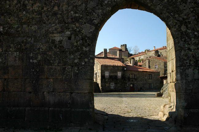 Sortelha (Sabugal) - Distrito da Guarda | Guia da Cidade | Região Centro.Uma visita a Sortelha só nos pode fazer pensar que regressámos no tempo e parámos na história. Encontramos aqui uma das mais bonitas aldeias de Portugal, escondida e protegida nas imponentes muralhas do seu Castelo. As casas tradicionais, foram meticulosamente recuperadas e permitem ao visitante percorrer as suas ruas sinuosas e aventurar-se, qual conquistador, pelas muralhas do Castelo...