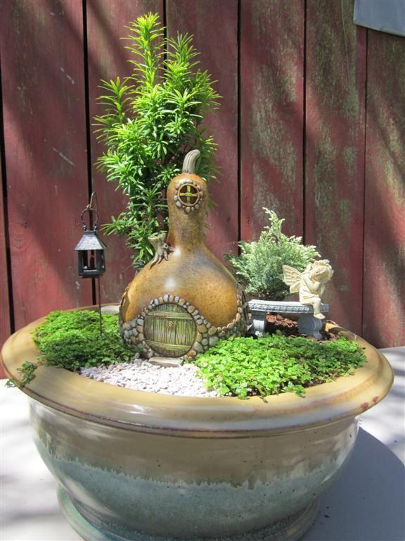 Mini jardim com casa feita com cabaça