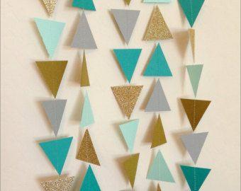 SPEZIELLE Preise: $10 je Wenn Sie 4 oder mehr Girlanden *** bestellen  Dieses Angebot gilt für eine geometrische Dreieck-Girlande gemacht aus Cardstock in Marine, Minze, grau, gold Glitter und Korallen.  Diese Girlande ist sorgfältig handgefertigt und Maschine genäht zusammen mit Gewinde, messen ca. 10 ft lang, mit jedes Dreieck Messen 1,5 breit x 1 5/8 hoch.  Eine verträumte Ergänzung jedenfalls einschließlich Hochzeiten, Brautduschen, Baby-Duschen, Baumschule, Wohnkultur, Geburtstagsfe...