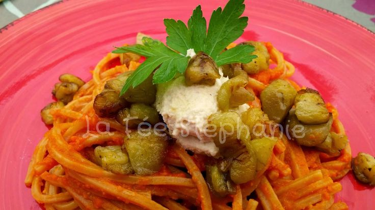 La Fée Stéphanie: Spaghetti complètes, sauce aux poivrons, aubergines sautées et formage frais crémeux