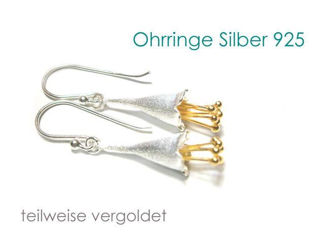 **Ohrringe Blumen Silber 925** mit vergoldeten Blüten-Pollen. Die Ohrringe sind ca. 45 mm lang und haben eine edel matt gebürstete Oberfläche. Die Blumen-Ohrringe sind vielseitig tragbar und passen...