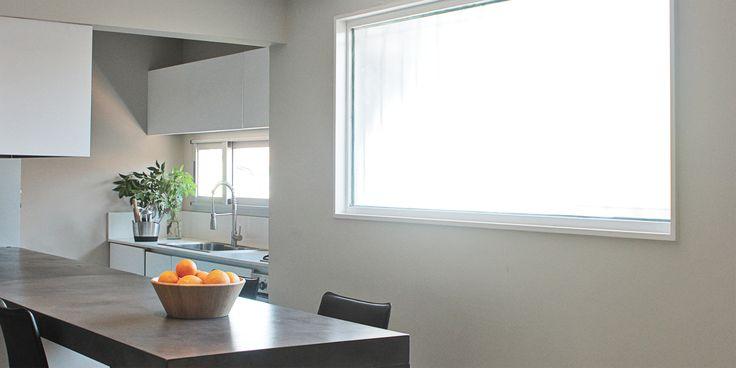 ISA - Cocina integrada, minimalista, barra betrox, muebles laqueados
