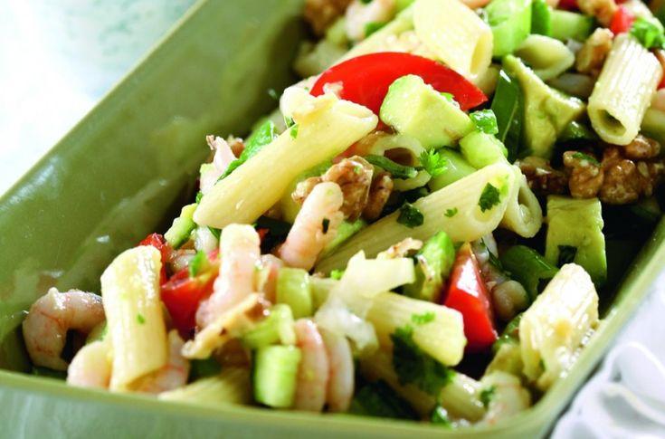 Fargerik og mettende pastasalat med reker, tomat, avokado og hvitløksdressing