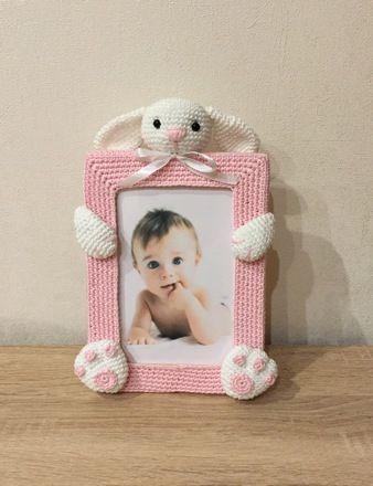 Cadre photo lapin au crochet Format 10x15  - Entièrement réalisé à la main (sauf le cadre) - Yeux de sécurité en plastique  - Rembourrage ouate de polyester  - Toutes m - 20151261